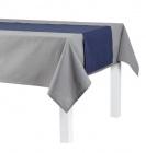 nappe rectangulaire grise et chemin de table bleu